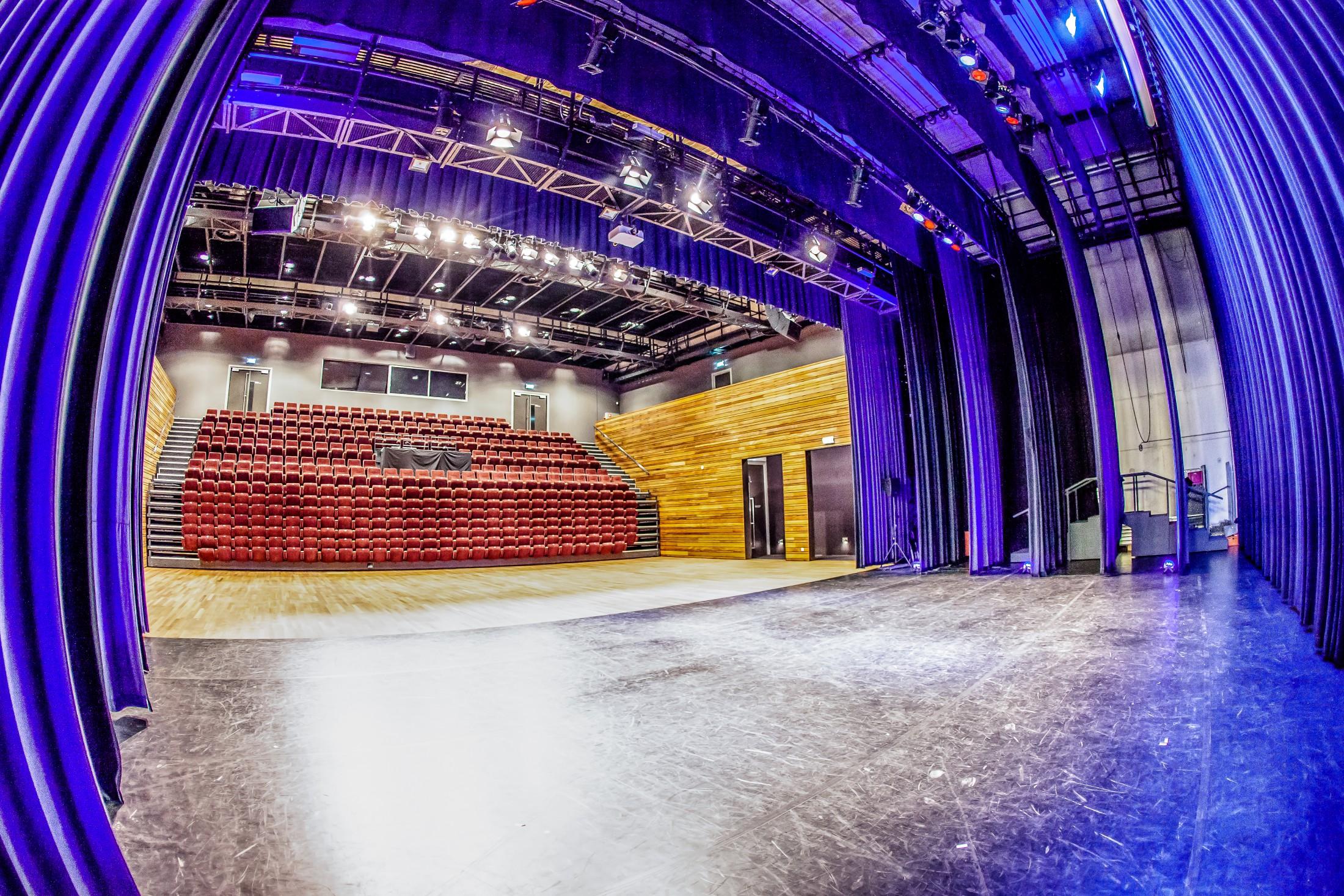 Grote zaal, Rabo Cultuurzaal ingeschoven. Cultruurcentrum Deurne.