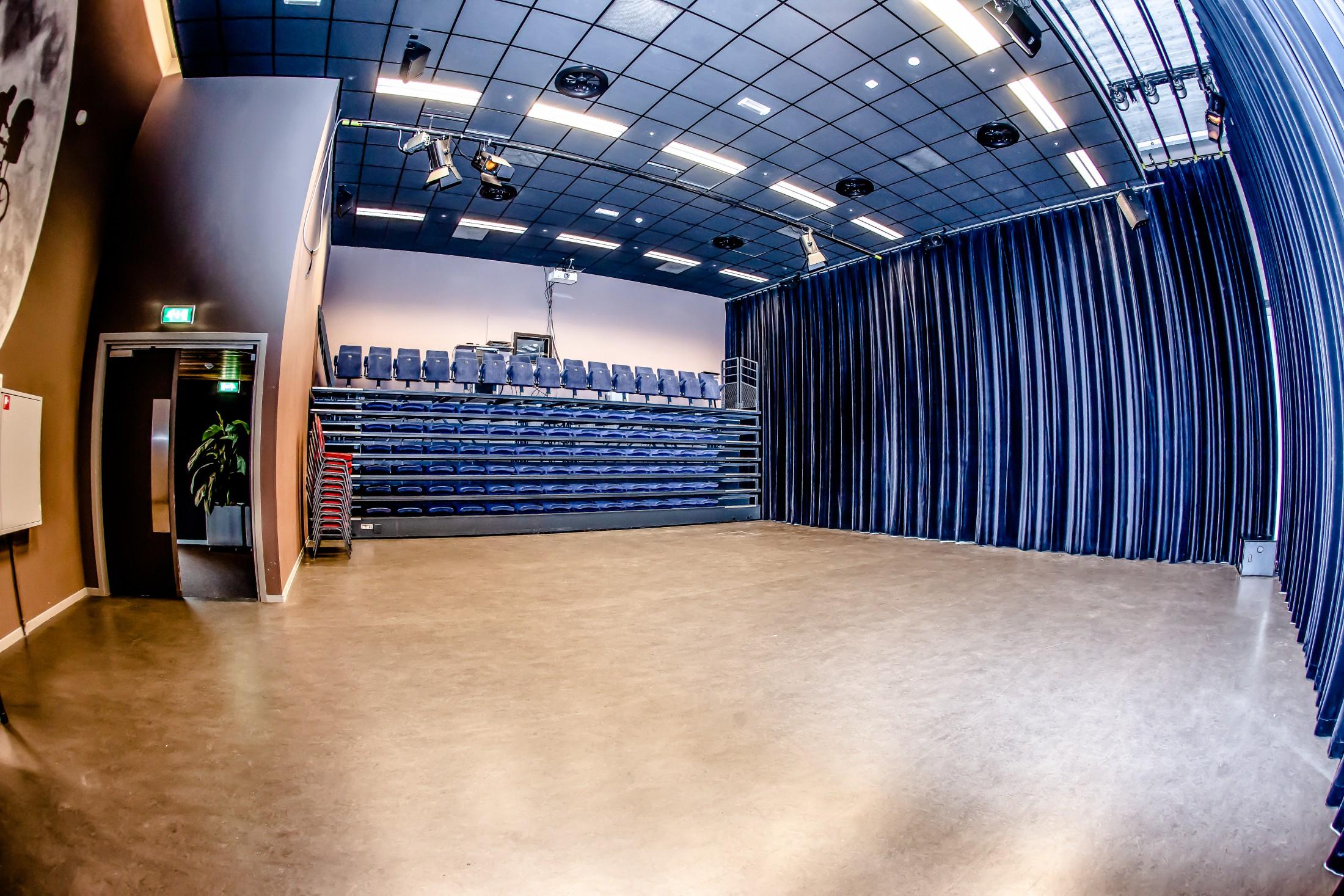 Martinetzaal ingeschoven tribune Cultuurcentrum Deurne
